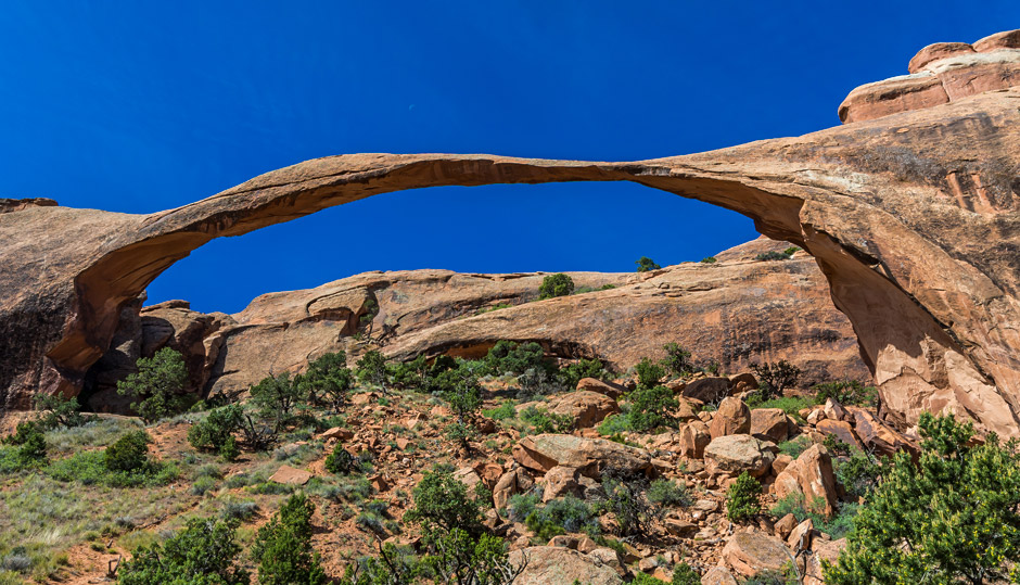 The puzzle of large natural bridges and freestanding arches