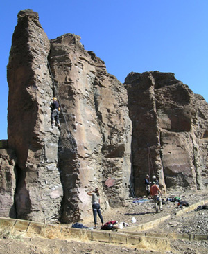Figure 2. The 'feathers' of eastern Washington, United States, composed of a single row of large columns from the Columbia River Basalt. The features were exposed by erosion on either side by the Lake Missoula flood.