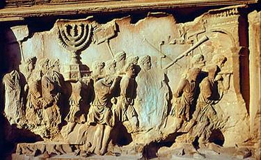 Arca lui Titus din Roma contine un tablou urias care ii prezinta pe soldatii romani carand sfesnicul cu sapte brate, trompete si masa cu azimi din Templul din Ierusalim pe care il distrusesera in snul 70 d.Cr.