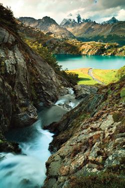Живописные горы, озёра и ручьи Огненной Земли, красота которых поначалу делает незаметными все трудности жизни в этой земле.